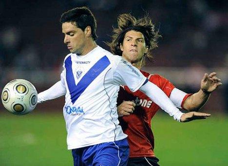Rodrigo Lopez del Velez marco un gol al Rojo Independiente