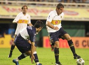 Palermo controla un balon ante la presion de un jugador del Gimnasia