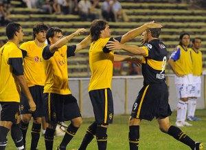 Palermo corre al banquillo a celebrar el gol con los suplentes