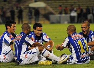 los jugadores de Godoy Cruz celebran de esta curiosa manera uno de los goles marcados a Velez