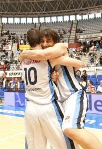 Miralles y Doblas se abrazan despues de conseguir la victoria
