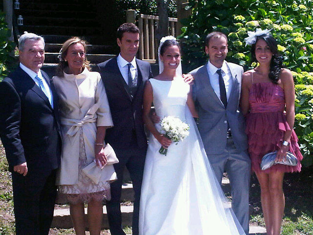 Xabi Prieto y Amaia, con varios invitados el día de su boda.