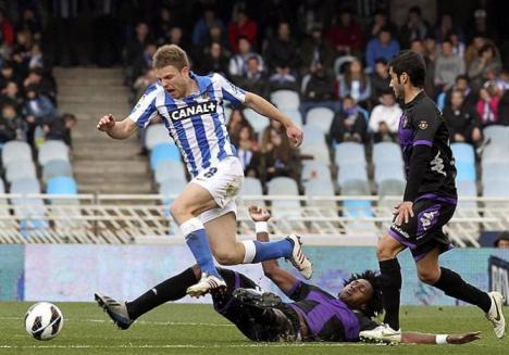 Asier-Illarramendi-recibe-entrada-delantero-angoleno-Real-Valladolid-Manucho