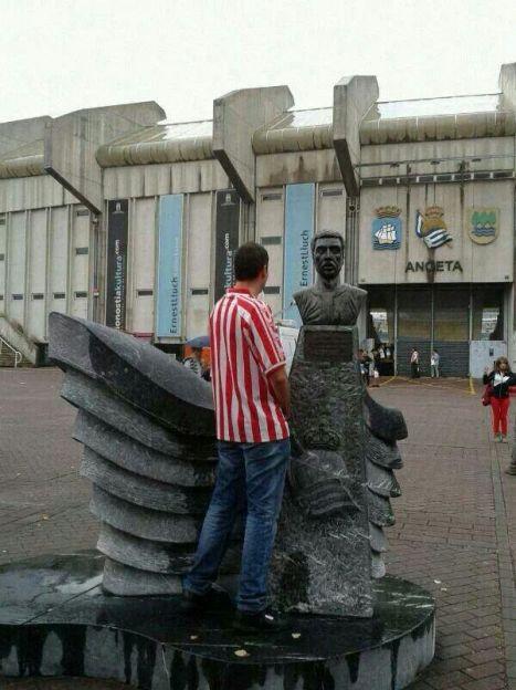 aficionado del Athletic meando al monumento de Ormaetxea